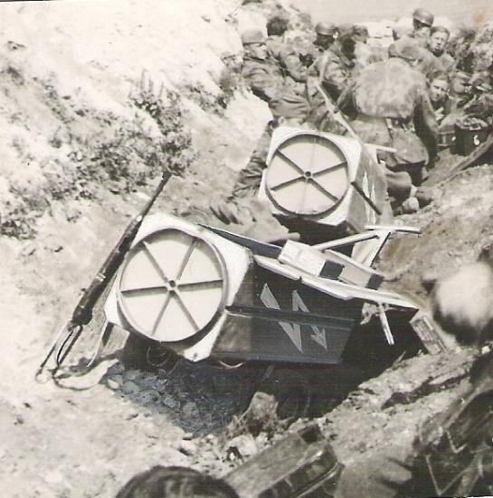 Abwurfbehälter with Fallschirmjäger